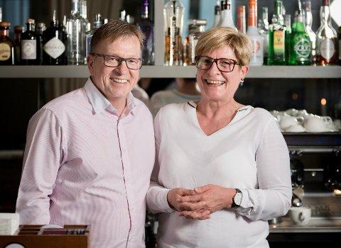 Nils Arthur Gjeitanger, her sammen med kona Siv Anne Gjeitanger, sier det vil ta tid før driften av Bark Spiseri & Bar er tilbake der den var før pandemien.