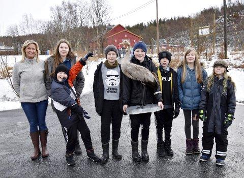 SØLV: Elever og lærere ved Tverlandet oppvekstsenter i Leirfjord har fått en utstoppet traneunge i hus. Nå har de også fått sølv for prosjektet sitt.   Fra venstre rektor Alice Jenssen, Marlen Nyland (12), Benjamin Andreassen (10), Szymon Nieploch (11), Aleksander Olsen (12), Morgan Nyland (11), Emma Jakobsen (11) og Torgal Rosell (9).