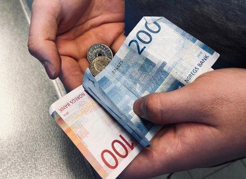 KONTANTER: Kunder oppfordres til å betale kontantfritt for å redusere smitterisiko.