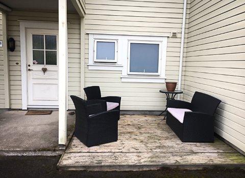 TOMT: Det er bare stolene som står igjen hos Cisilie og samboeren. Hagepynt, lykt og glassbordet er borte.