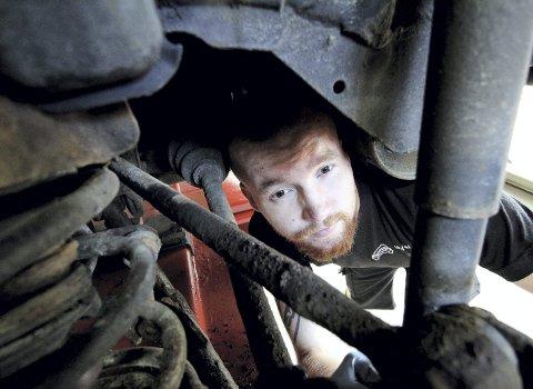 Har funnet sin vei: Martin Fevang Sørensen fra Re lærer bilfaget ved Hof Auto AS. Foto: Pål Nordby