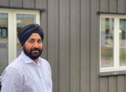 VIL HJELPE: Sarvanjit Singh Jamba, daglig leder ved Amraj restaurant på Jessheim, har tapt mye i omsetning siden koronaviruset rammet Norge, men har likevel valgt å dele ut gratis mat.