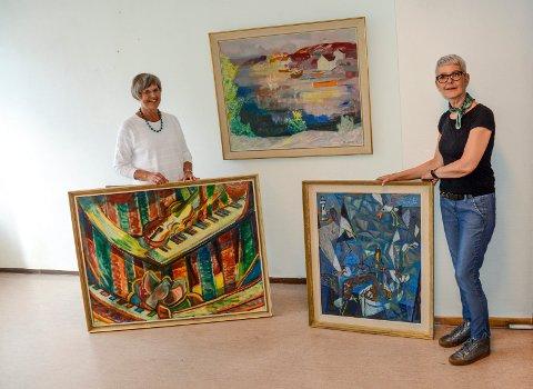 Ragnhild Skaug og Anny Skaug Grøgaard viser fram noen godbiter som kan sees på årets utstilling i Kragerø Faste Billedgalleri.
