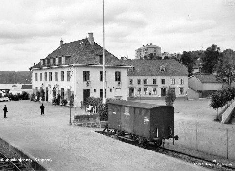 Tilpasset: Ulf Hamran skriver i dette leserbrevet blant annet at arkitekt Gudmund Hoel tilpasset jernbanestasjonen til daværende bygninger i nærheten, blant annet Biørnegården, hvor Solbekks møbler nå holder til. Fotografiet er tatt i slutten av 1930-årene.