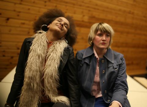 Frå øvingane førre veke. F.v. Anna (Hanna Ocide Kidula) og Elisabeth (Nanna Lundevall). (Foto: Sunnhordland Folkehøgskule).