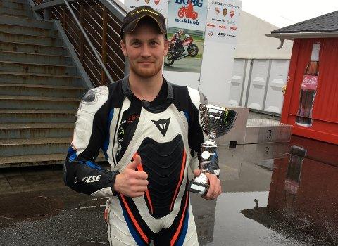 Marius Ripel Jensen klarte det igjen. Søndag fekk han si beste plassering i Superbike-klassen i andre NM-runde på Rudskogen: Førsteplassen. (Foto: Gerd-Laura Bondhus).