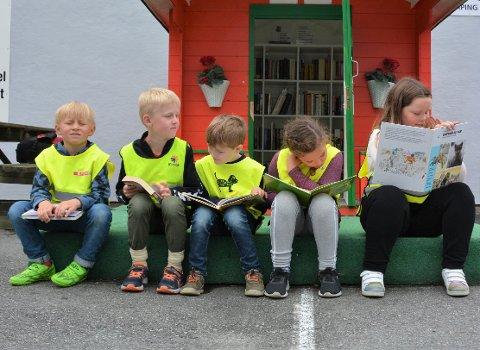 Denne fine SFO-gjengen fann seg spennande bøker i minibiblioteket på Sandakaien i Uskedalen. F.v.: Sakarias, Viljar, Emil Walin, Ingrid og Emmie.