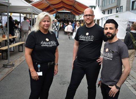 Fra venstre: Janne Johansen, administrerende direktør ved Quality Hotel Grand, Christian Emmertz, food- and beveragemanager, og Dana Ali, hotellsjef, sier at det er hotellets største skrekk at mindreårige skal lykkes med å komme seg inn på det sperrede området. Nå oppfordrer de foreldre til å prate med ungdommene sine.