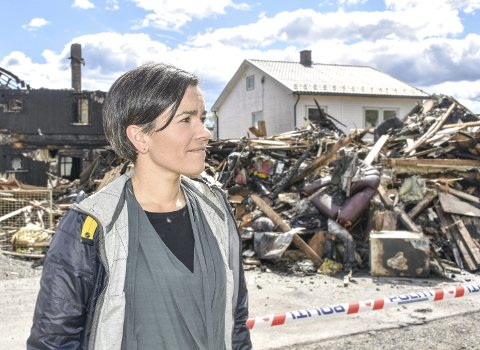 Sterke inntrykk: Ordfører Gunn Cecilie Ringdal sa det er umulig å ikke la seg påvirke av branntragedien på Lierstranda hvor to mennesker mistet livet og mange andre alt de eide. – Dette er en tragedie, sa hun da hun besøkte branntomta.