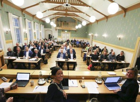 De folkevalgte: Det nye kommunestyret ble konstituert, og etter en lang valgkamp kunne de nye medlemmene ta sine (nye) plasser på Haugestad. Samtidig ble alle utvalgsplassene fordelt.