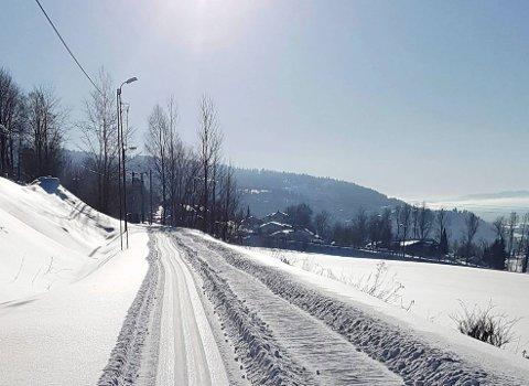 Ski eller strø? Jernbanelinja med skispor er både flott og innbydende, men når snøen uteblir og veien dekket av is, er det behov for strøing.
