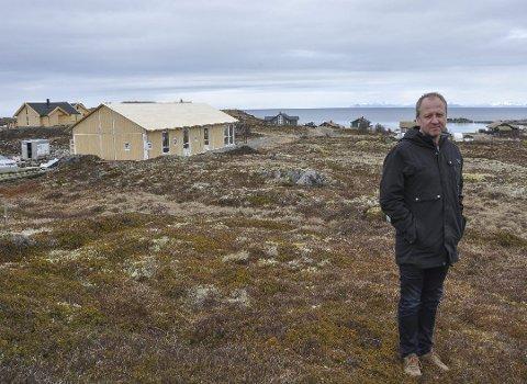 Bygger ut: Frode Hov i Lofoten Hytteutvikling AS vil utvide dagens hyttefelt betydelig. Her fra 2016 under bygging i dagens felt.