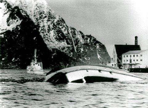 SAUØYA: Her ses et bilde av da ferga var slept med kjølen i været inn til Sauøya i Henningsvær, før den ble slept inn til ei strand, der den sank til bunns.