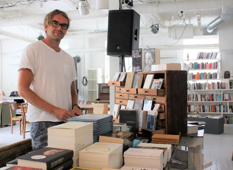 MANGE BØKER: Én etter én får bøkene tilbake plassen sin i hyllene i House of Foundation.