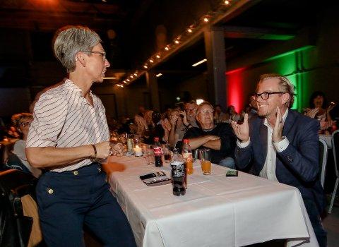 Fornøyd: Her konstaterer ordfører Hanne Tollerud og Fred Jørgen Evensen at Ap kan vinne valget. Bildet er tatt  under valgvaken på Verket.
