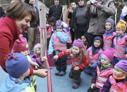 SNORKLIPP: Barnehagebyråd Tone Tellevik Dahl fikk æren av å foreta den offisielle åpningen av nye Mellombølgen barnehage. Gode hjelpere til snorklippingen var Dominic og Adriana. Alle foto: Arne Vidar Jenssen