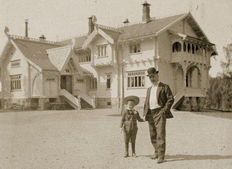 1903: Far Thomas Thomassen Heftye sammen med sønnen Henrik foran den store dragestilvillaen som Thomas Heftye jr. fikk bygget i 1897. Bildet er fra 1903.