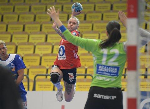 DEBUTERTE: I sin aller første landskamp noensinne ble det to scoringer på fem skudd for June Bøttger da rekruttene til Norge vant 26-24.