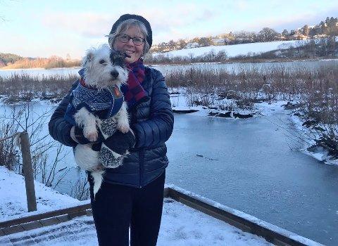 TURVENNER: Kari Vik Kleven (76) og hunden Lola ute på en av de nye plattingene rundt Østensjøvannet.