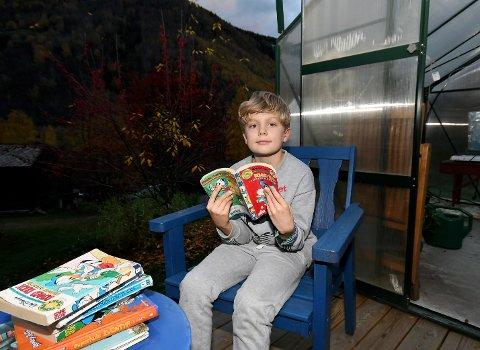 Boris har tilbrakt en del tid ute i solen i sommer med en bok i hånden.