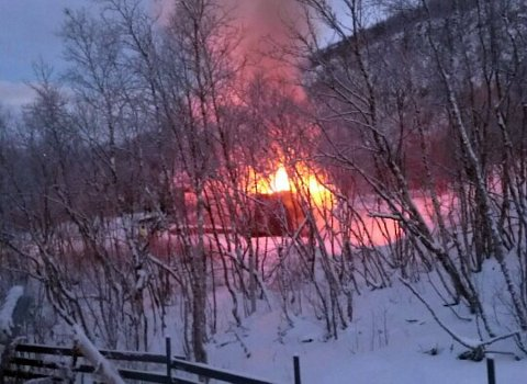 Et bolighus i Seida i Tana tok fyr lørdag morgen. Brannvesenet kom til stedet ved 08-tida (Foto:Ellen K. Saba)