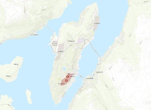 1200 RAMMET: Det røde feltet i kartet markerer området som var uten strøm sent søndag kveld. Kart: Troms Kraft Nett