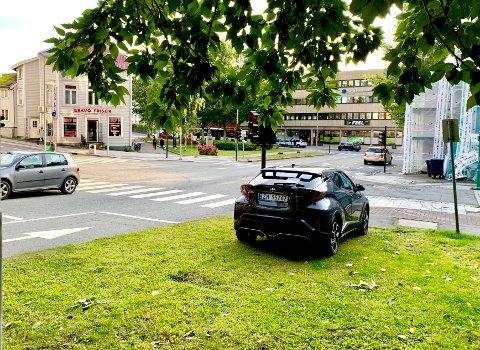 Denne bilen har stått på gressplenen ved krysset Bispegata/Storgata hver morgen denne uka. Foto: Stian Saur