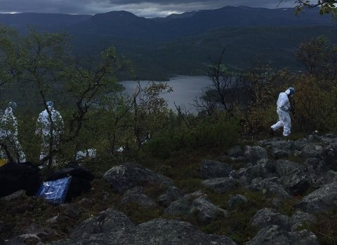 UNDERSØKELSER: Politi, den norske og franske havarikommisjonen,  og heilkopterprodusenten er blant de som jobber på ulykkestedet mandag. Foto: Politiet