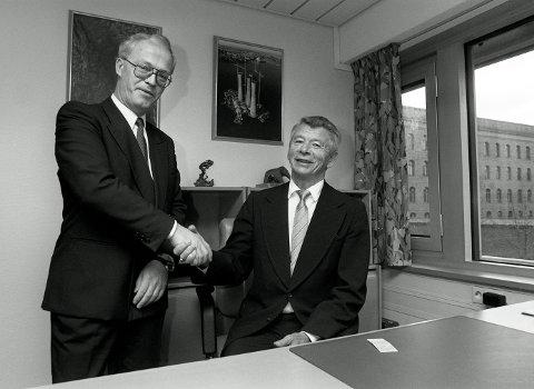 Ole Knapp (t.h.) under nøkkeloverrekkelse med Petter Thomassen 3. november i 1990.