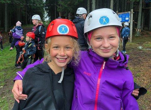 Selma Øistad Normann (snart 10 år) og Karoline Jøranli (14) syntes det var moro og spennende i klatreparken på Øverby.