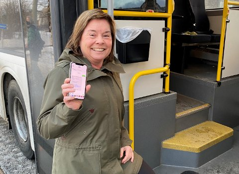 HAR INNFØRT SMS-BILLETT: – Nå får man kjøpt billett på bussen uansett hva slags telefon man har. Det trenger ikke å være en smarttelefon, sier Stine Fredriksen i Innlandstrafikk.