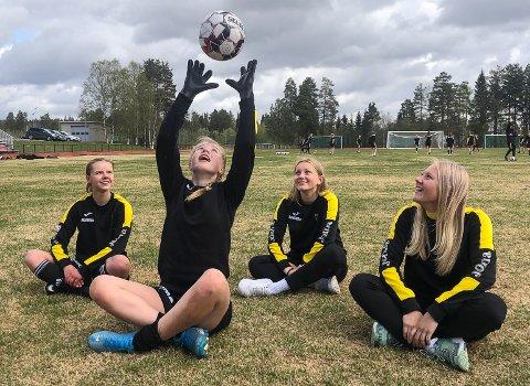 SIKTER HØYT: Ida Veseth Habberstad (fra venstre), Emma Behrns, Tilla Engebakken og Emma Brobakken må alle vente på å få sin seriedebut for Raufoss i 2. divisjon.