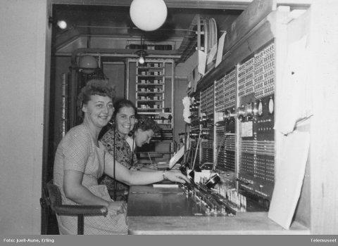 ARBEIDSPLASS: Dette bildet viser arbeidsforholdene ved Østre Toten rikstelefonstasjon. Det er usikkert om, men sannsynlig at, dette er samme bygg som telestasjonen. Vi har desverre ikke navnet på damene på bildet som er tatt i 1954. Foto: Erling Juell-Aune / Norsk Teknisk Museum
