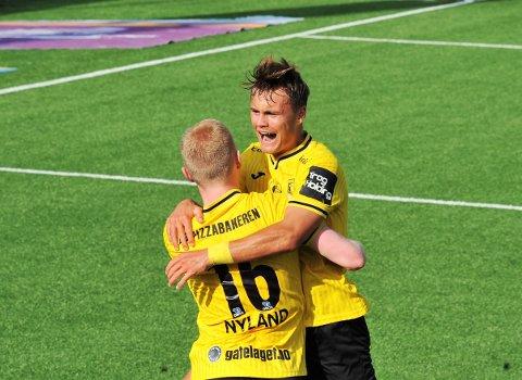 JUBEL: Tilretteleggeren Teodor Berg Haltvik jubler for scoring sammen med Jakob Nyland Ørsahl.
