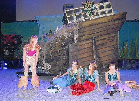 HAVFRUENE: Den lille havfruen Ariel (t.v.) spilles av  Pia Halvorsen.. Her er hun sammen med havfruevenninner på havets bunn. Den undersjøiske byen er bygget opp rundt skipsvraket.