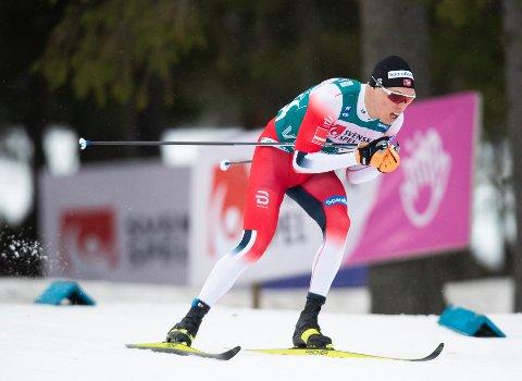 Martin Løwstrøm Nyenget i aksjon på 15 km jaktstart for menn under Ski Tour 2020 i Östersund.