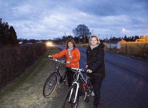VENTER: Helene Kjær og Therese Saga har i mange år jobbet for å få sykkelsti fra Stavern til Helgeroa. I januar jublet de, men endriger i reguleringsplanen gjør at de trolig må vente noen år til. (Arkivfoto: Sigrid Ringnes)