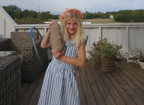 NOEN STØRRE? Naomi Lindhjem Martinsen viser fram grandonkel Stig Martinsens kjempepotet på 1,7 kilo.