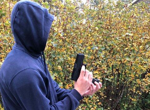 SOFTGUN: En mann i Elverum er dømt for  å skremt folk med en softgun. Personen og våpenet på bildet har ingenting med saken å gjøre.