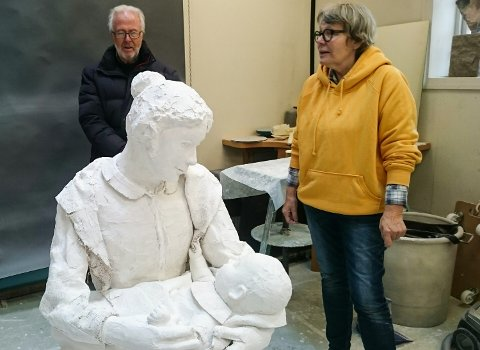 UNDER ARBEID: Birthe Marie Løveid jobber med skulpturen som skal utsmykke lekeparken i Løten sentrum.