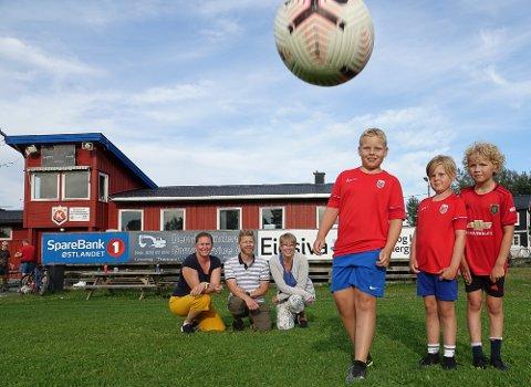 GLEDER SEG: Magnus og Kristian Langmoen, samt Noah Lindbergsengen, til høyre, er tre av mange som gleder seg til fotballskolen på Kjellmyra om noen uker. Bak fra venstre de tre som trekker i hovedtrådene, Marianne Ramsli, Simen Myrvang og Veornica Rundberget.