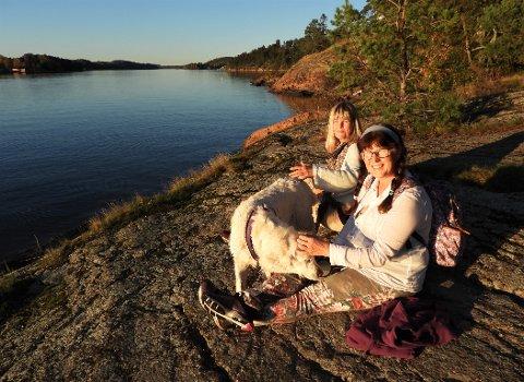 Åse Bakke (til venstre), Bente Kristin Sveum og hunden Hermine koste seg på Hella i det nydelige høstværet.