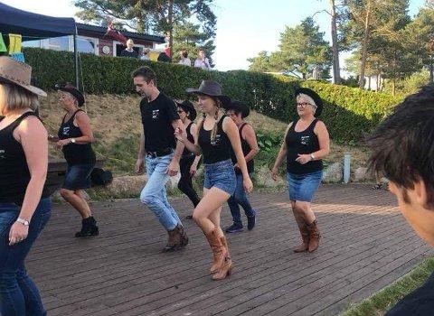 Linedance danses på rekke uten partner. Nils Ole Nilsen er nybegynner-instruktør i Kicking Boots.
