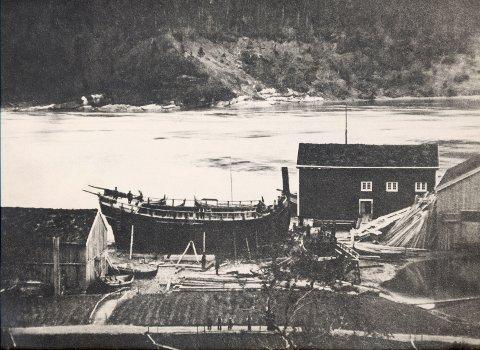 """DIGER: Jekta """"Bue Digre"""" (bildet) ble bygget i Selforssjøen, og man antar at det kan ha vært den største jekta som noensinne er er bygget. På et tidspunkt skal hun ha rommet alle materialene som trengtes for å bygge kirka på Rødøya, som er ei åttekantet trekirke, og var en av Nord-Norges største kirker."""