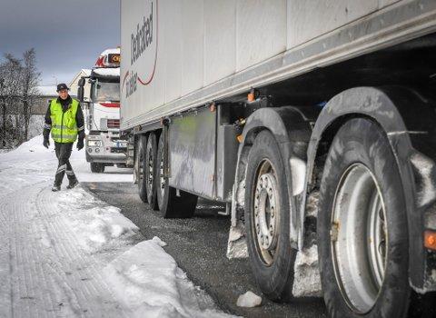 Inspektør Åge Røilid går grundig til verks når han sjekker vogntogene som kommer rullende inn til kontroll i Svortdalen.