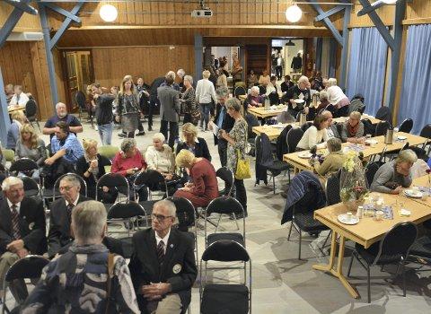Folkefest: Fullsatt sal da bygdefolket innviet «nye» Nærvang søndag kveld. Foto: Ivar Bae