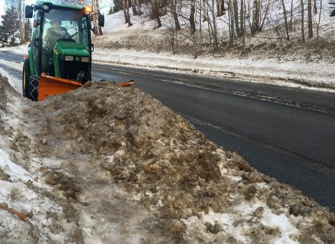 Denne snøhaugen sliter traktoren å brøyte seg gjennom på fortauet. Ringerike kommune presiserer at det ikke er lov å måke snø ut i veien eller på fortauet.