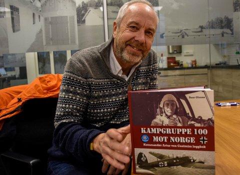 SPESIELL BOK: Jan Helge Østlund er forlegger for boka om den tyske krigsflyveren Artur von Casimir.