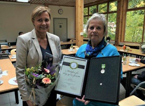 HEDRET: Ingrid Kjelsnes pensjonerer seg etter 40 års tjeneste ved Rjukan videregående skole. Rektor Brit Houge takket henne for innsatsen og kunne stolt tildele henne Norges Vel sin medalje for lang og tro tjeneste i sølv.