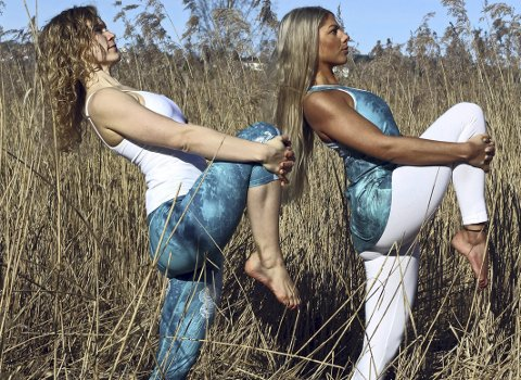 Instruktører: Daniella Brosche og Rebekah Ravonsheed. Foto: Dare yoga